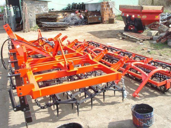 Agregat uprawowy, szerokość robocza 4.5 metra, rama bron 4 polowa pojedyncza, z włóką zębatą oraz wałkami kruszącymi