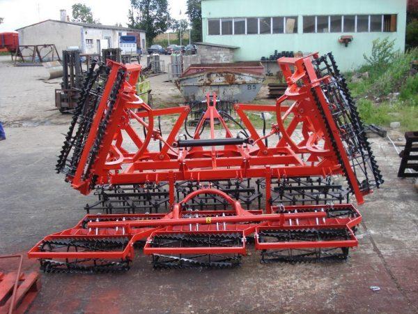 Agregat uprawowy, szerokość robocza 5.5 metra, rama bron 5 polowa pojedyncza, z włóką oraz wałkami kruszącymi